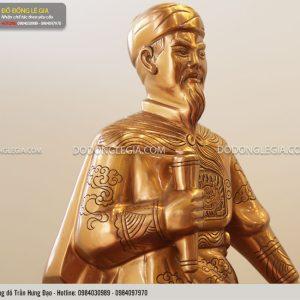 Từng đường nét trên khuôn mặt và trên áo vị tướng được khắc tỉ mỉ