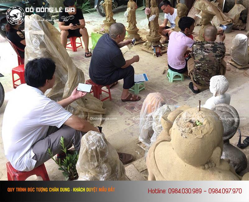 Các nghệ nhân điêu khắc giỏi dựa trên ảnh được cung cấp để đắp tượng